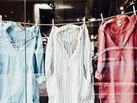 Fotografía de ropa tendida. Tres camisas tendidas para secarse.