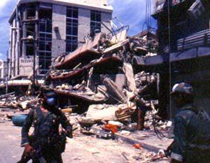 Fotografía del terremoto de San Salvador de 1986. Se ve un edificio destruido.