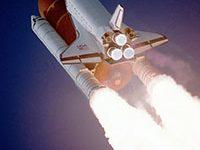 Fotografía de un transbordador espacial en pleno ascenso.