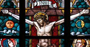 Vitral de la crucifixión de Jesús